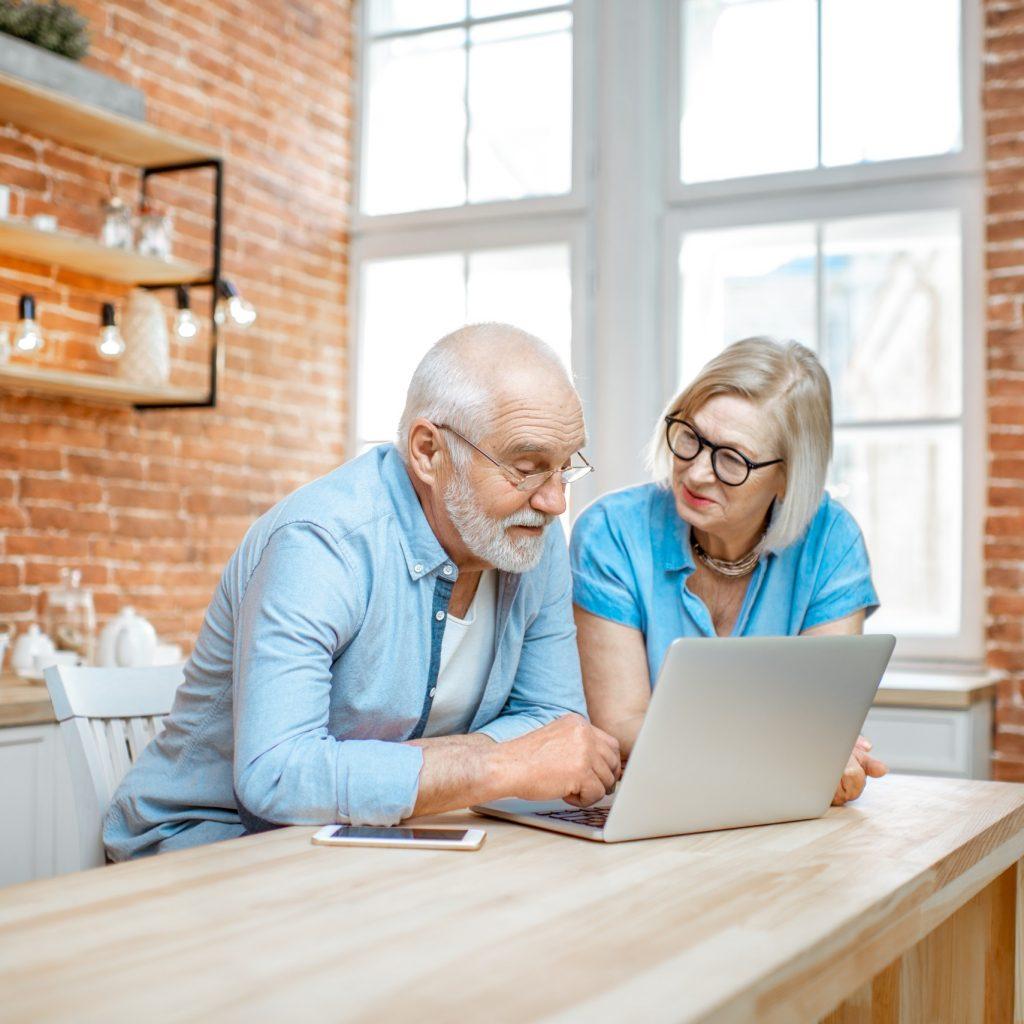 senioren-paar-schickt-anfrage-an-sozialteam